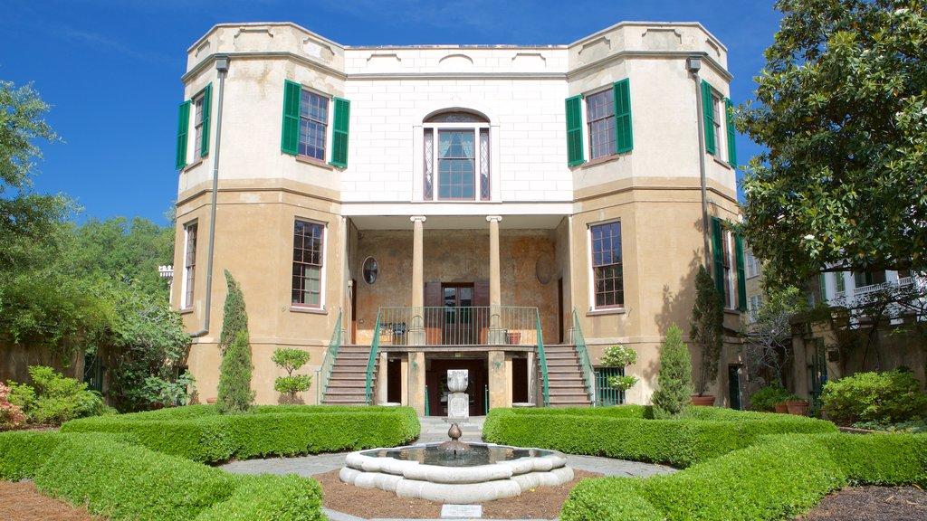 Casa de Owens-Thomas que incluye una casa, una fuente y un parque