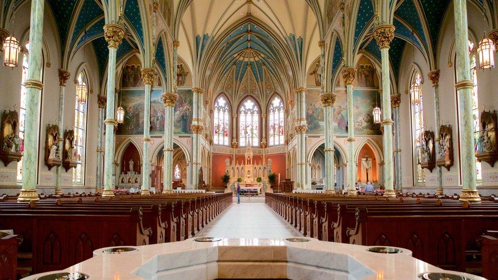 Plaza Lafayette ofreciendo una iglesia o catedral, vistas interiores y aspectos religiosos