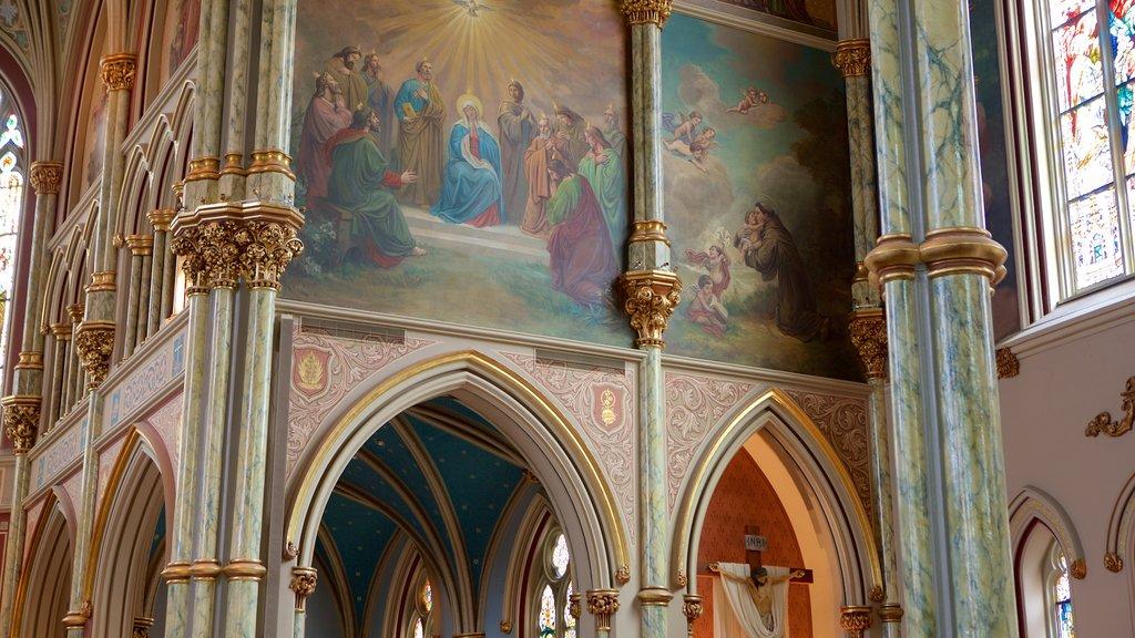 Plaza Lafayette que incluye una iglesia o catedral, aspectos religiosos y vistas interiores