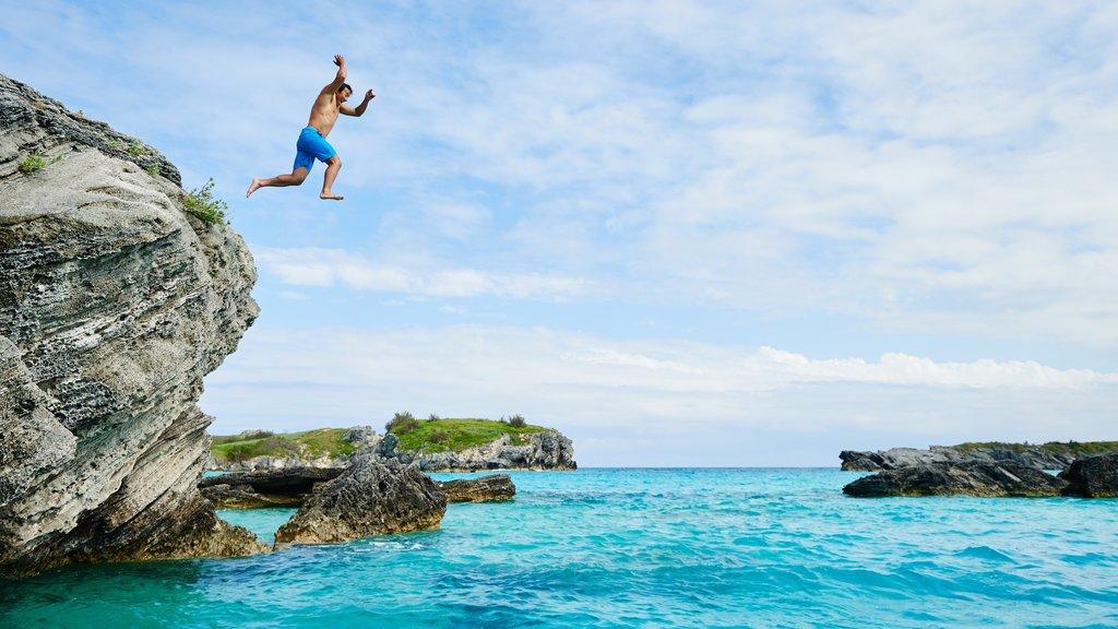 Bermudas que incluye costa escarpada y también un hombre