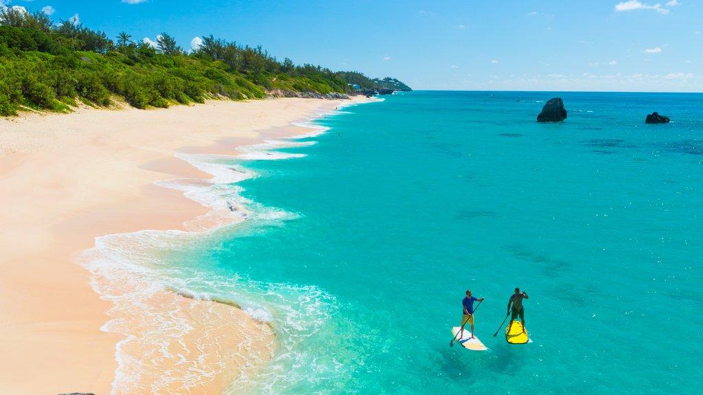 Bermudas ofreciendo una playa de arena y deportes acuáticos