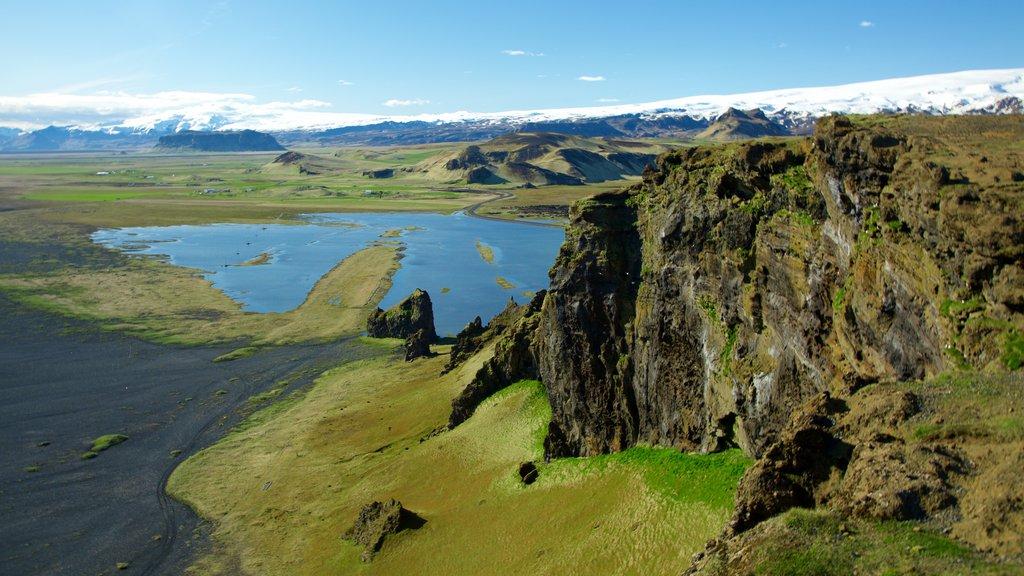 Dyrholaey ofreciendo vistas de paisajes y escenas tranquilas