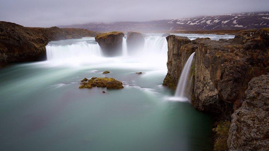 Godafoss ofreciendo un río o arroyo, neblina o niebla y una catarata