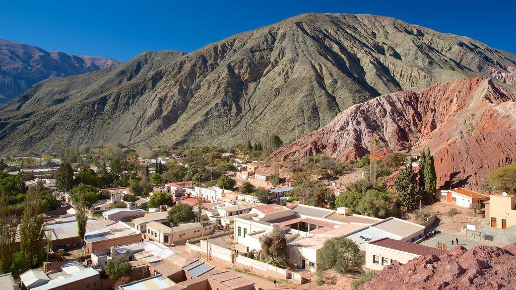 Purmamarca que incluye vistas al desierto, montañas y una pequeña ciudad o pueblo