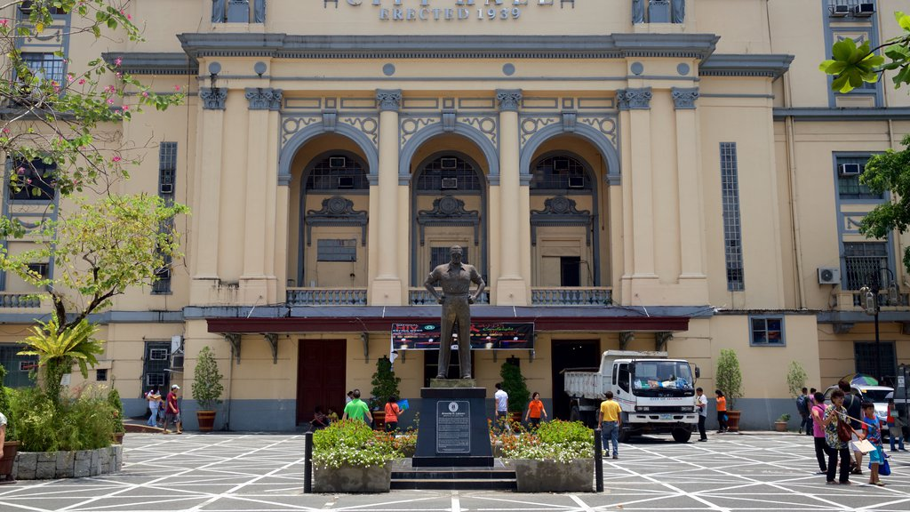 Manila showing a square or plaza, a statue or sculpture and a park