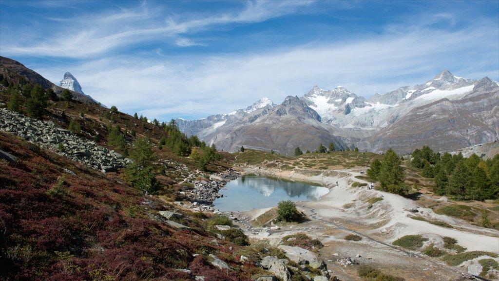 Matterhorn mostrando un lago o abrevadero y montañas
