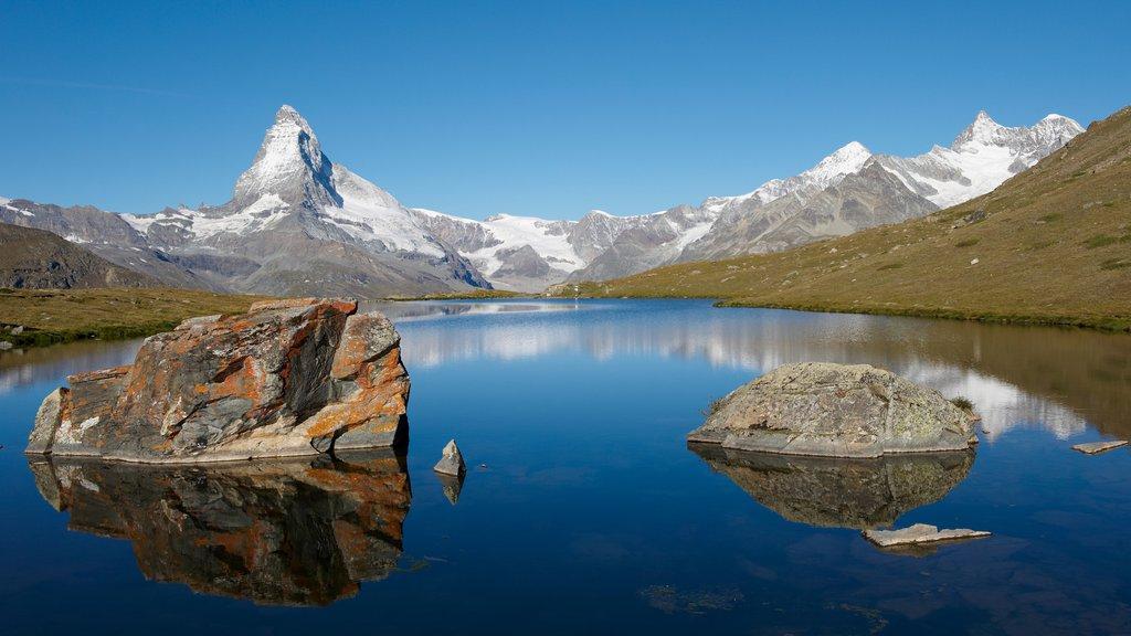 Matterhorn mostrando montañas y un lago o abrevadero