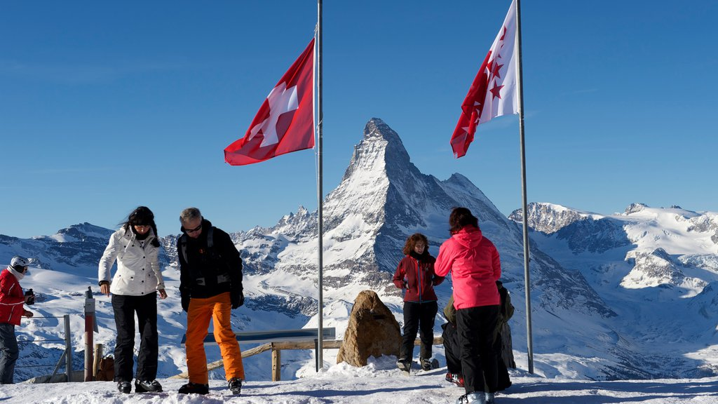 Matterhorn que incluye montañas, paseo en raquetas de nieve y nieve
