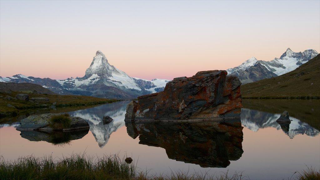 Matterhorn que incluye un lago o abrevadero, montañas y nieve