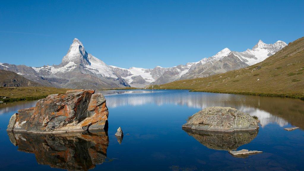 Matterhorn ofreciendo nieve, un lago o abrevadero y montañas