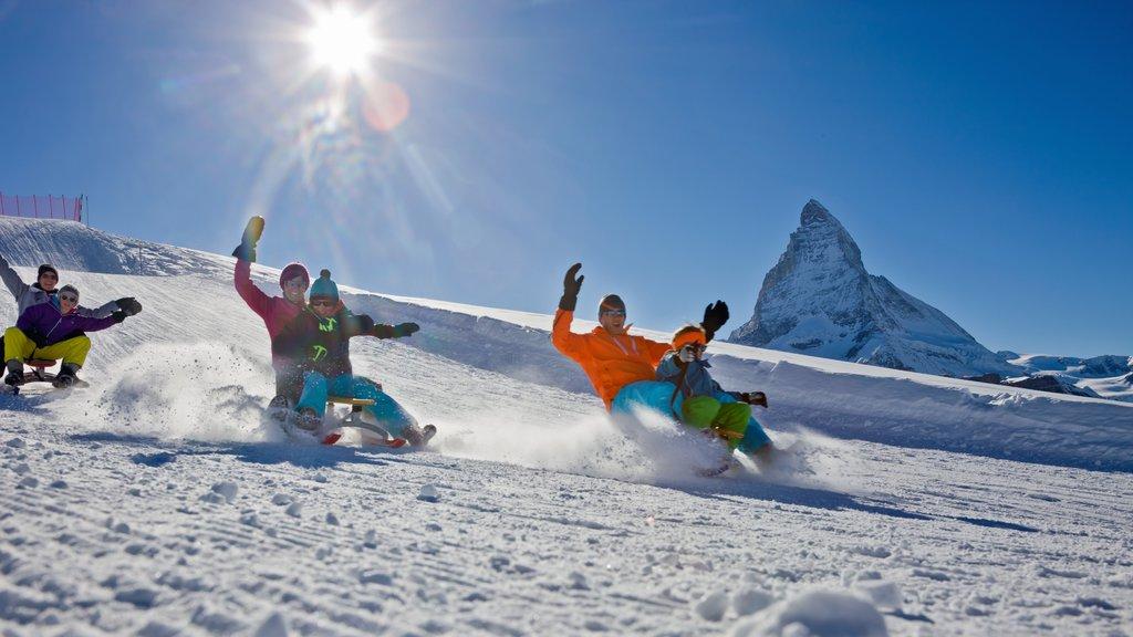 Matterhorn ofreciendo llantas inflables para deslizarse por la nieve, montañas y nieve