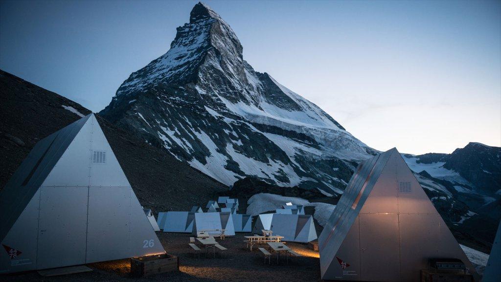 Matterhorn ofreciendo montañas, nieve y una puesta de sol