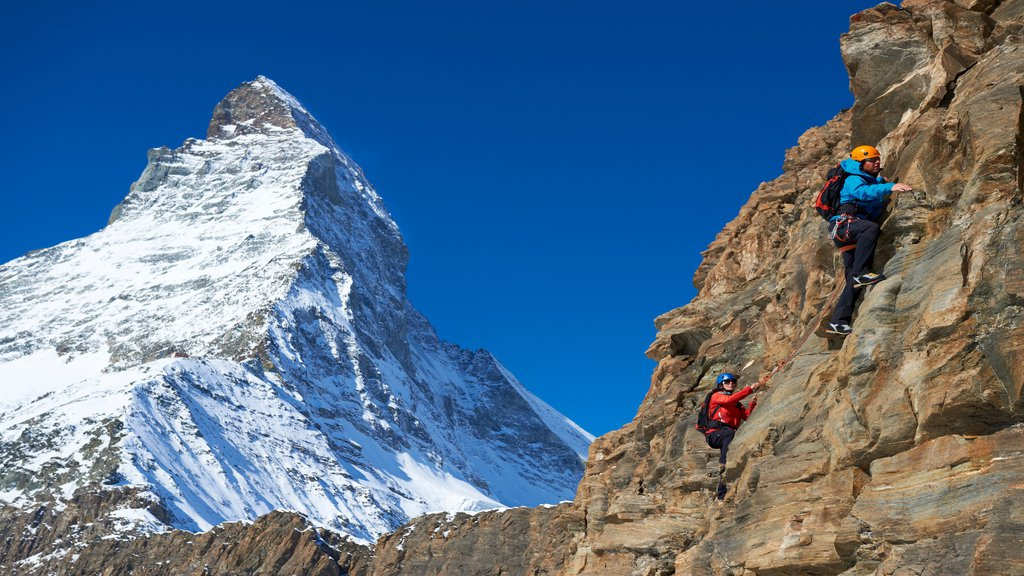 Matterhorn ofreciendo montañas, nieve y alpinismo