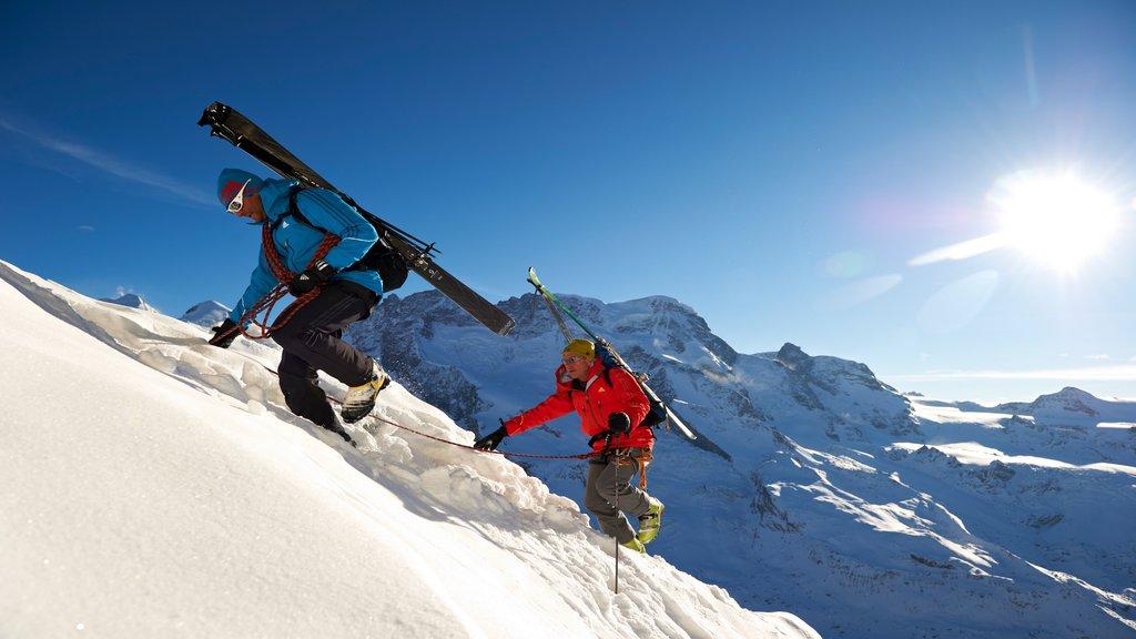 Matterhorn que incluye nieve, alpinismo y montañas