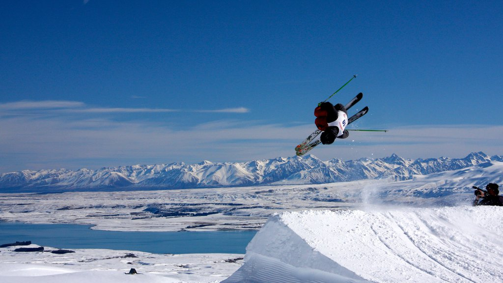 Roundhill Ski Area showing snow skiing and snow
