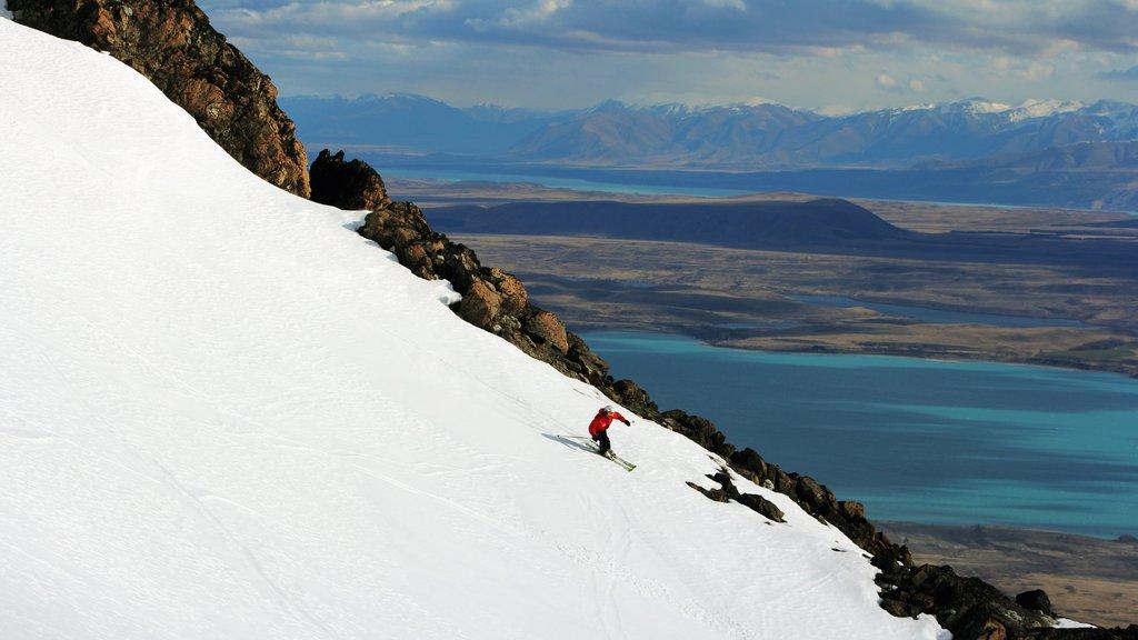 Estación de esquí Roundhill mostrando nieve y montañas
