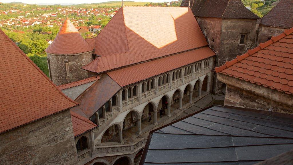 Hunedoara Castle showing chateau or palace and heritage elements