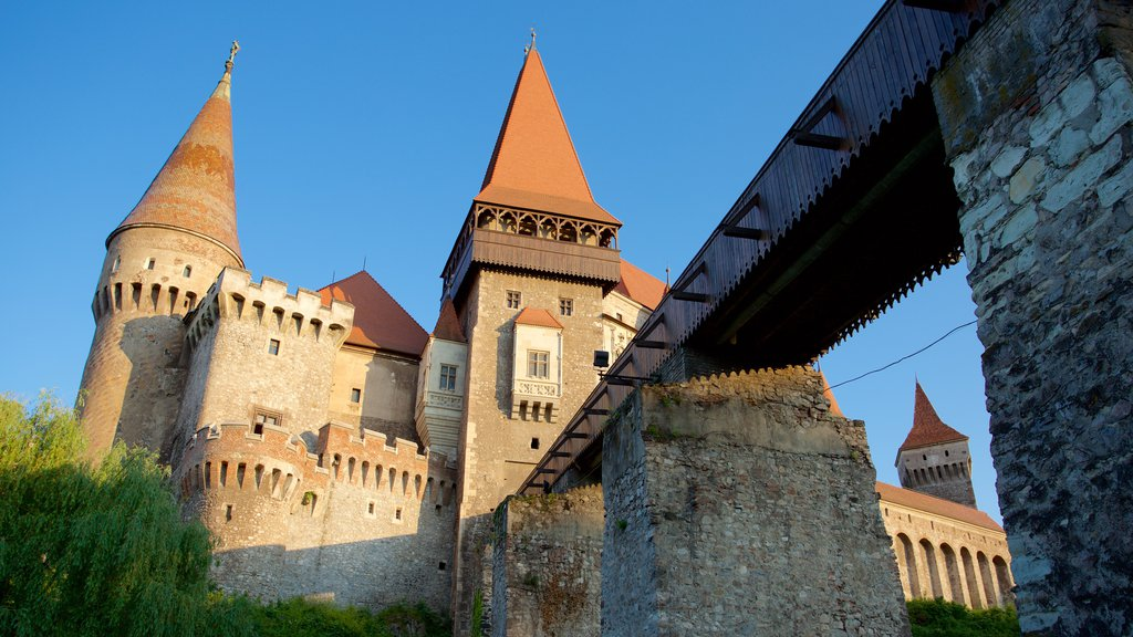 Hunedoara Castle showing heritage architecture, chateau or palace and a bridge