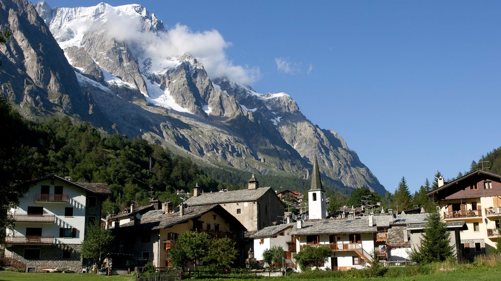 Courmayeur featuring a small town or village, mountains and snow