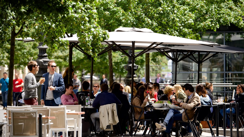 Bordeaux featuring outdoor eating as well as a large group of people