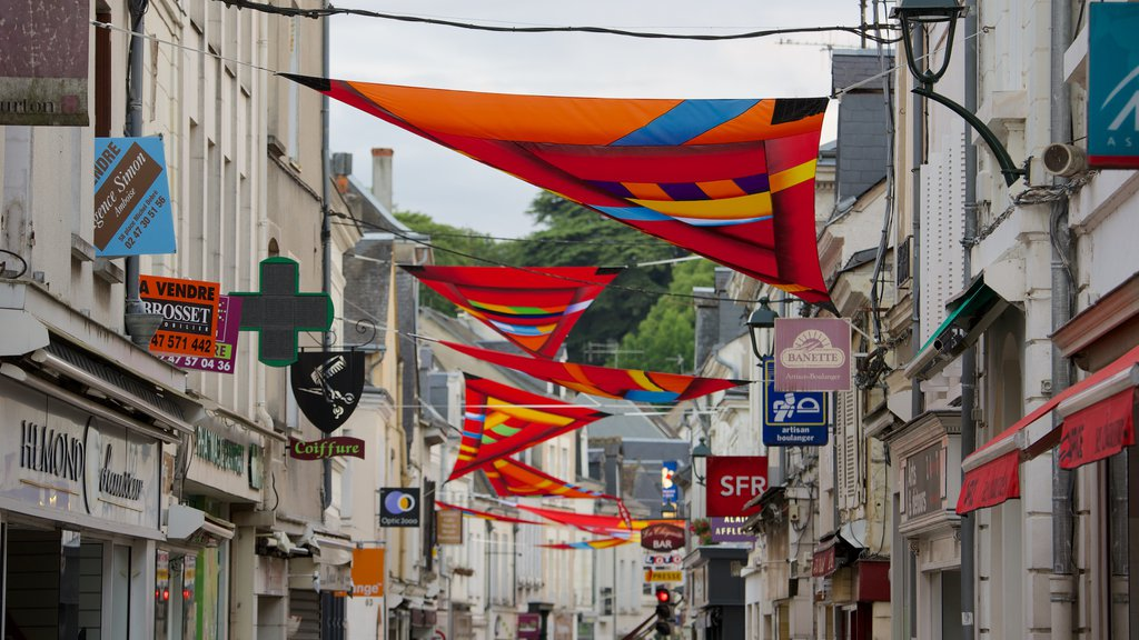 Amboise showing outdoor art