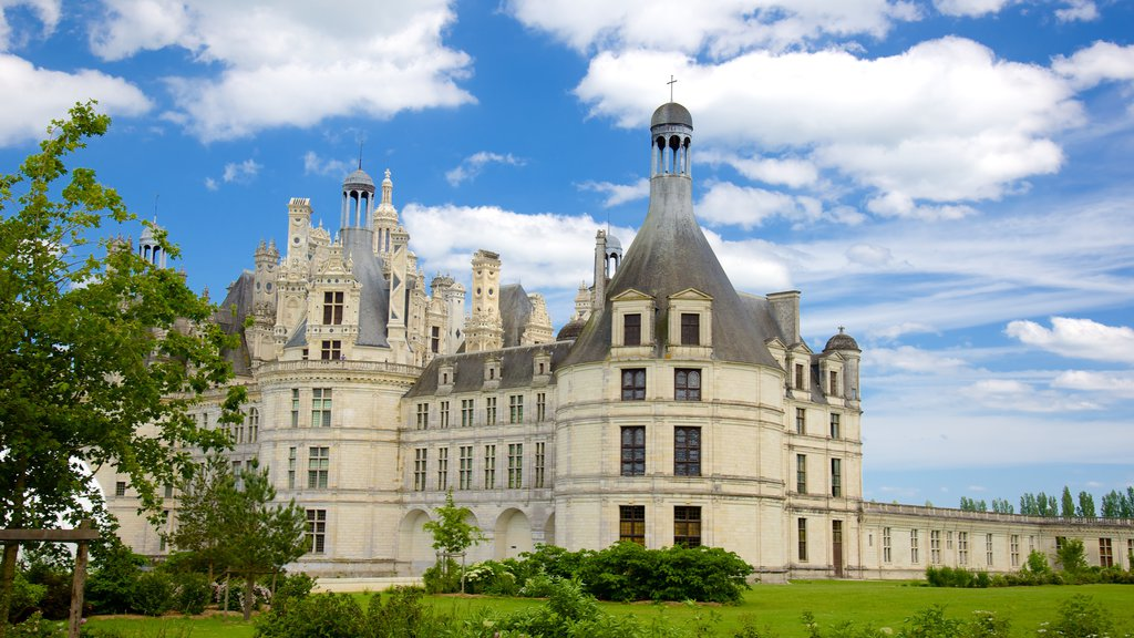 Chateau de Chambord which includes heritage architecture, chateau or palace and a park