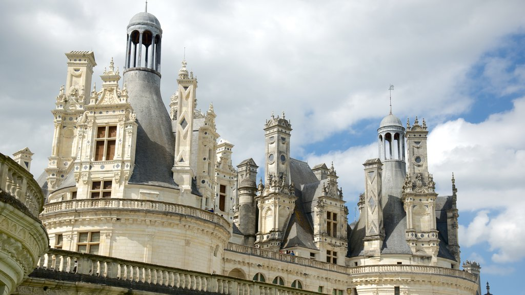 Chateau de Chambord showing heritage architecture and a castle