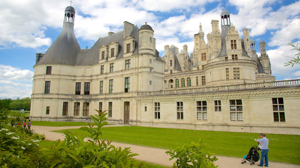 Chateau de Chambord featuring a garden, chateau or palace and heritage architecture