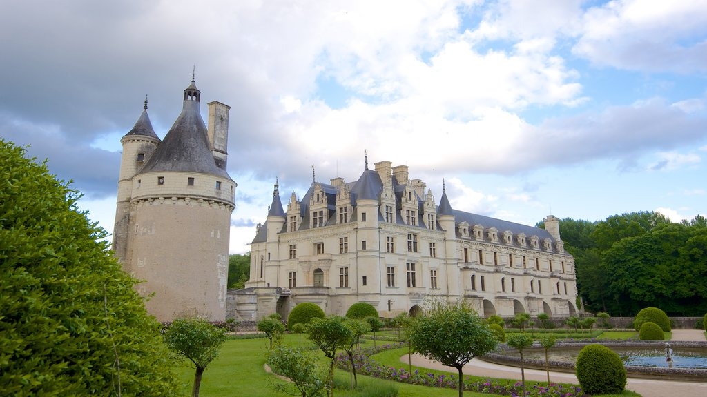 Chateau de Chenonceau which includes a garden, a castle and heritage architecture