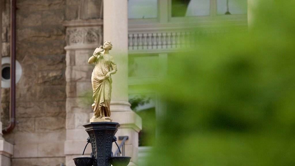 Harrisonburg ofreciendo una estatua o escultura