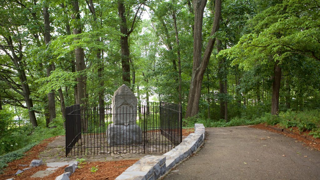Harrisonburg mostrando un monumento y un jardín
