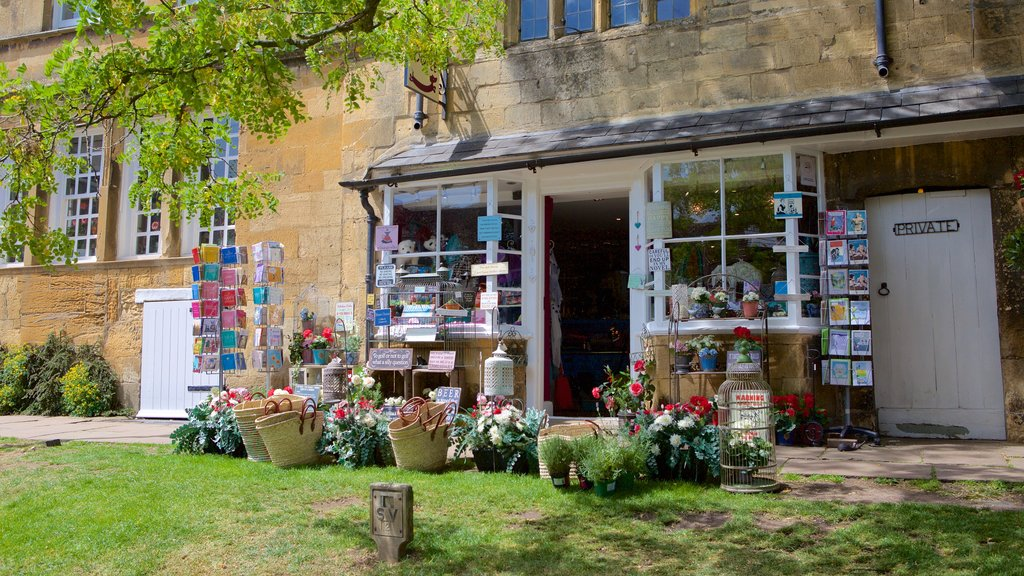 Chipping Campden which includes markets and flowers