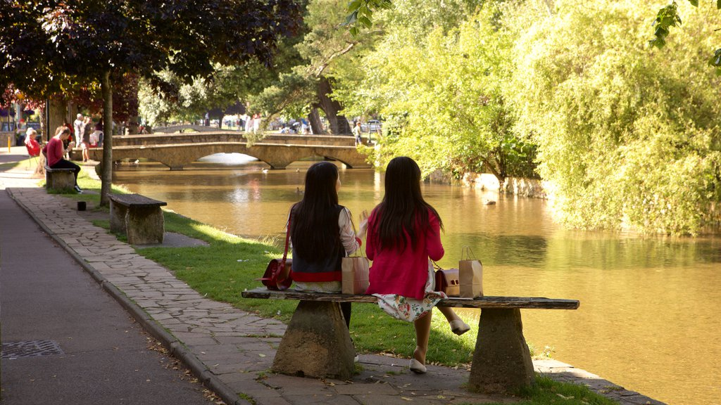 Bourton-on-Water showing a park, a bridge and a river or creek