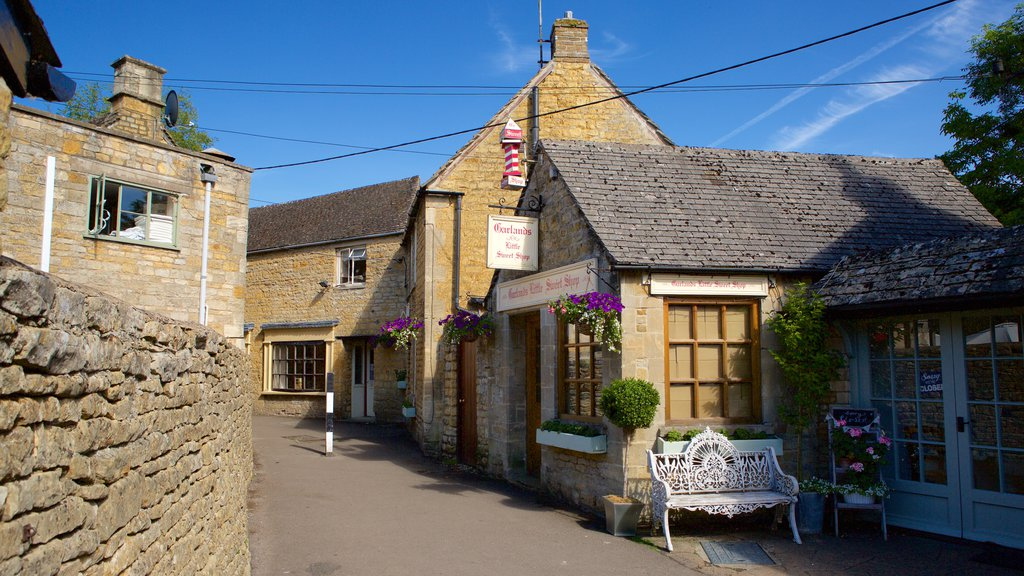 Bourton-on-Water featuring a small town or village, heritage elements and street scenes