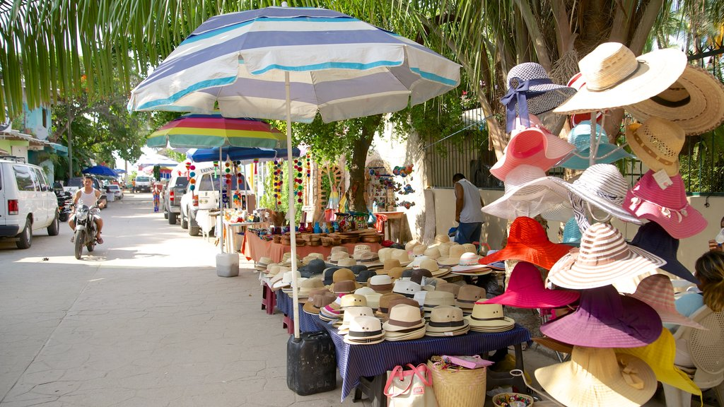 Sayulita which includes fashion, markets and street scenes