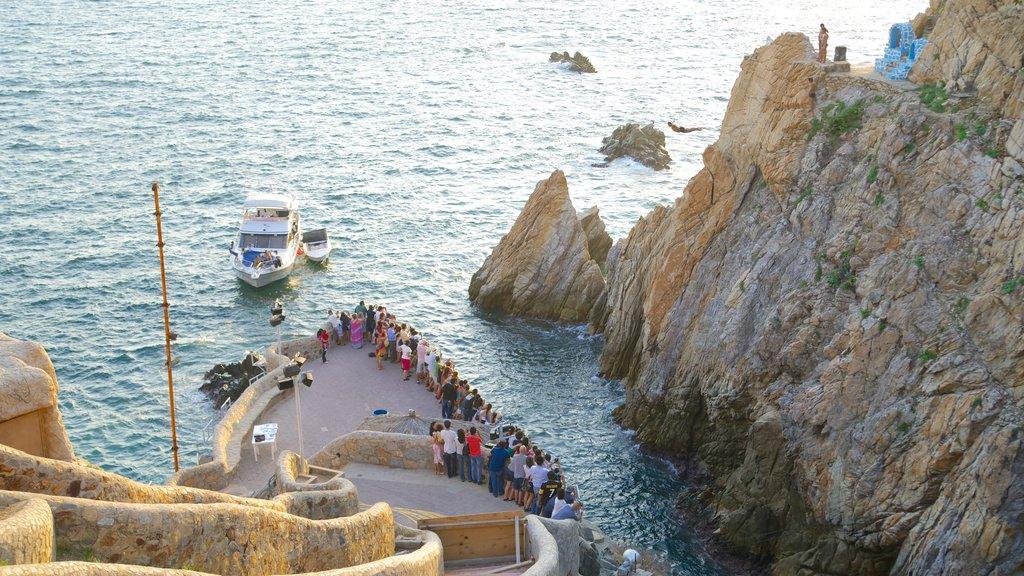 La Quebrada Cliffs showing views, boating and rocky coastline