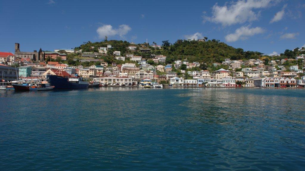Granada que incluye una bahía o puerto y una ciudad costera