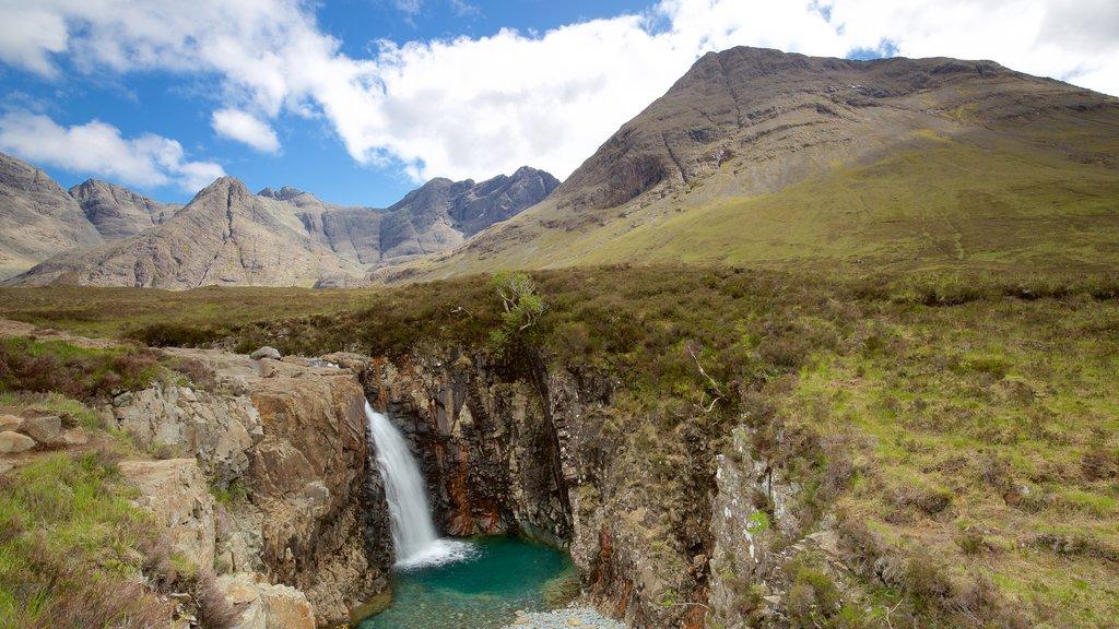 Isle of Skye que incluye montañas, escenas tranquilas y un río o arroyo
