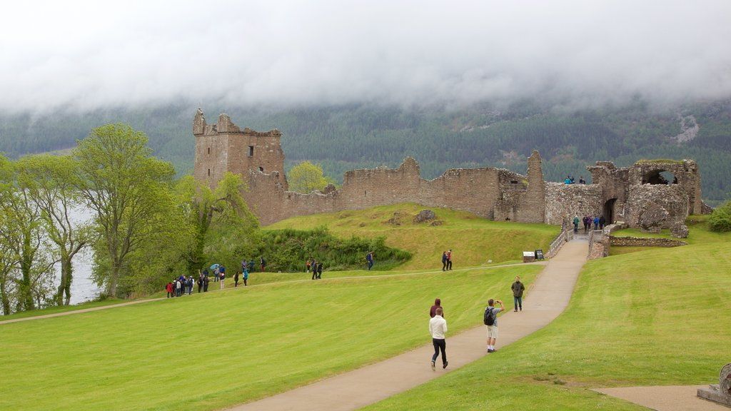 Urquhart Castle showing a ruin, a castle and heritage elements