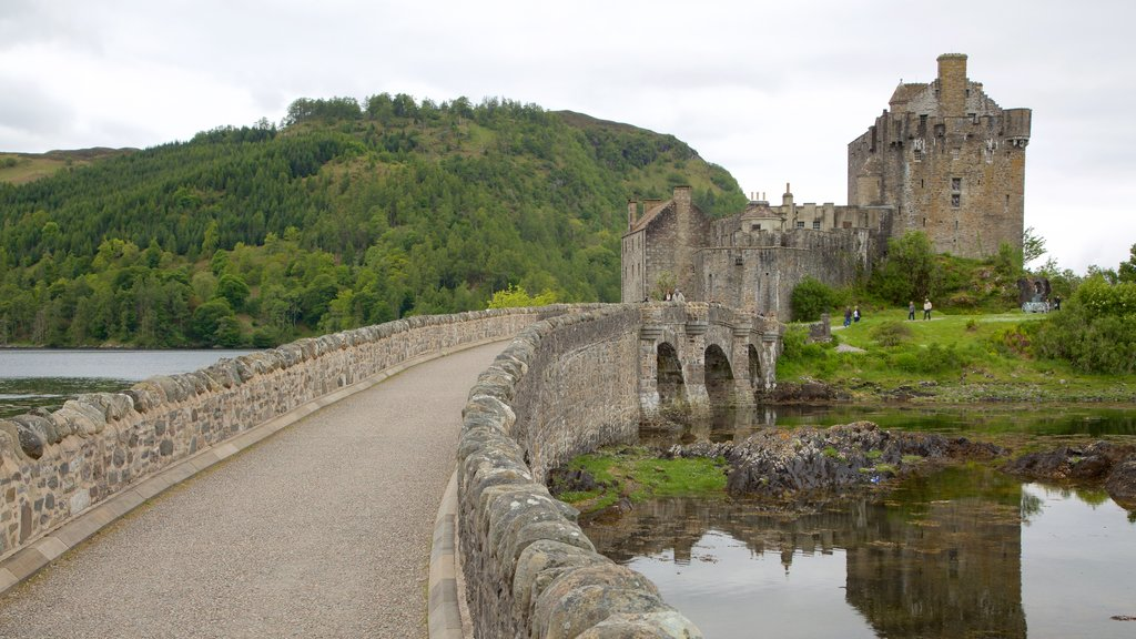 Eilean Donan Castle showing heritage architecture, tranquil scenes and heritage elements