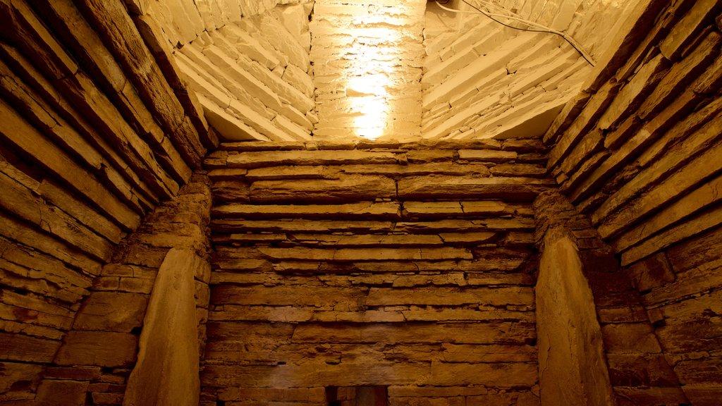 Maes Howe que incluye elementos del patrimonio y vistas interiores