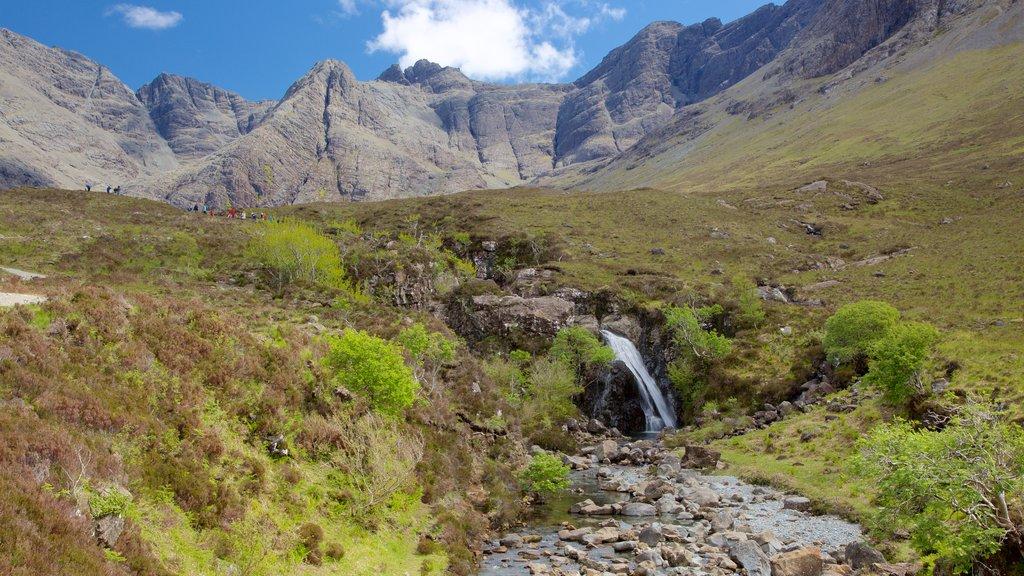 Isle of Skye que incluye senderismo o caminata, una cascada y montañas