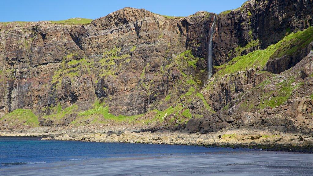 Isle of Skye que incluye montañas, una cascada y vistas generales de la costa