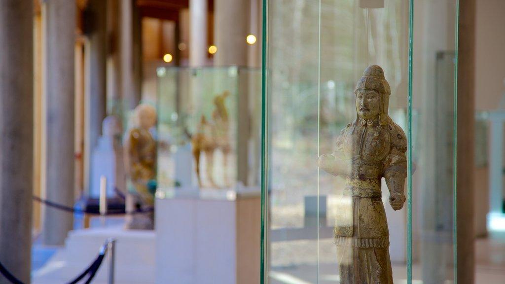 Burrell Collection que incluye elementos del patrimonio, arte y una estatua o escultura