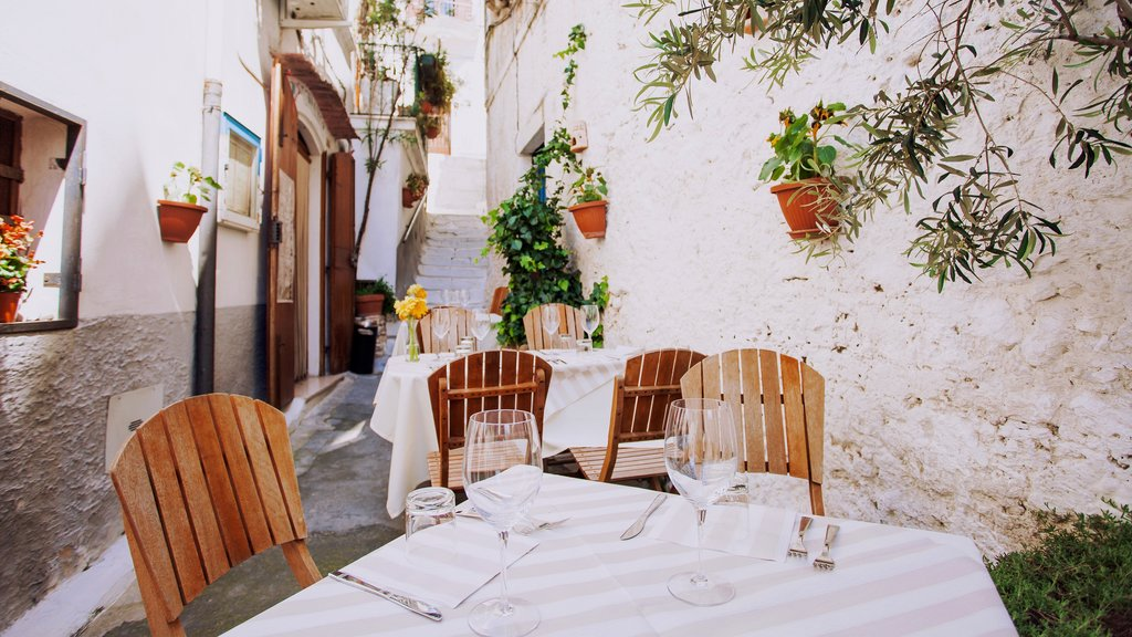Peschici which includes dining out, outdoor eating and cafe lifestyle