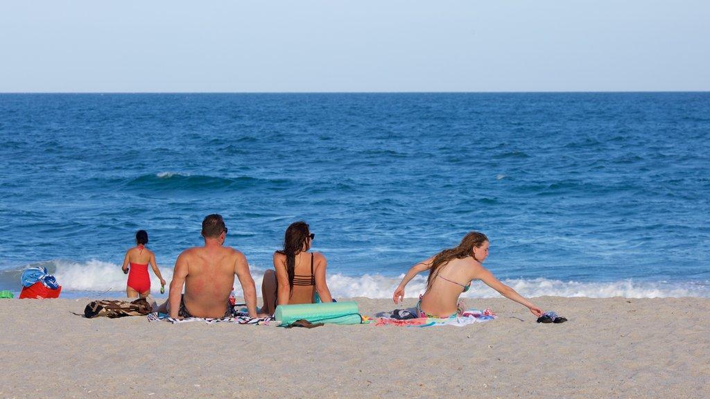 Wrightsville Beach ofreciendo una playa de arena y también una familia
