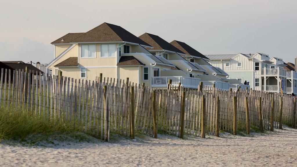 Wrightsville Beach mostrando una casa, vistas generales de la costa y una playa de arena