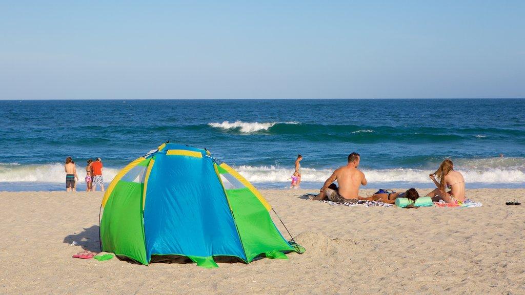 Wrightsville Beach ofreciendo una playa y también un pequeño grupo de personas