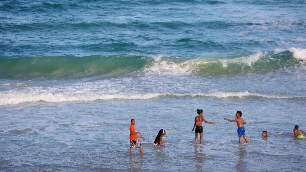 Wrightsville Beach mostrando una playa de arena y vistas generales de la costa y también niños