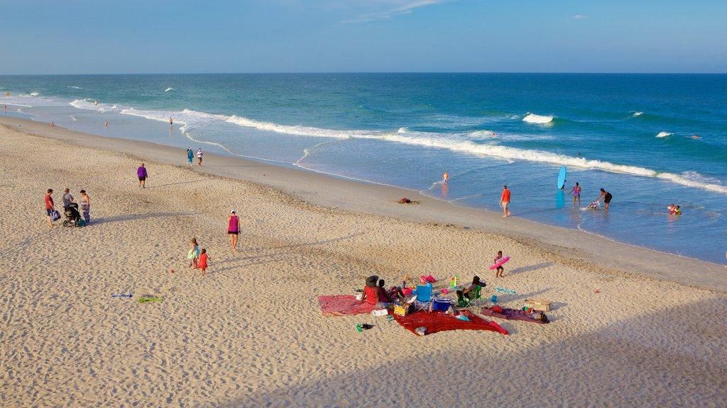 Wrightsville Beach mostrando vistas generales de la costa y una playa de arena y también niños